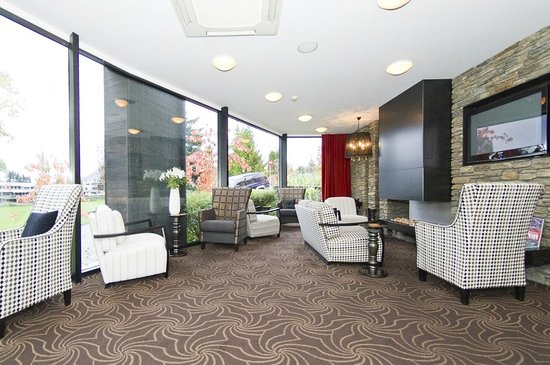 Queenstown Park Boutique Hotel: Guest Lounge where delightful evening drinks are served