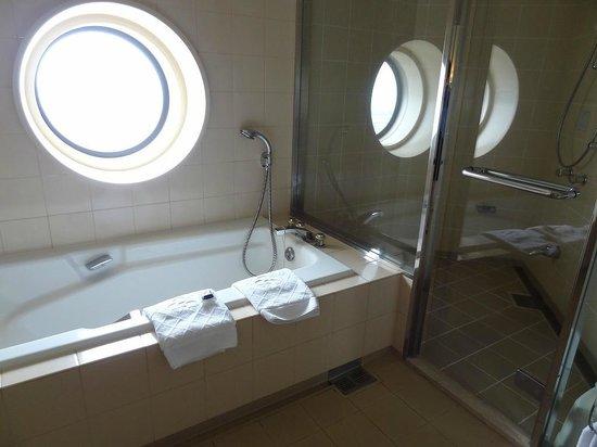 Yokohama Royal Park Hotel : 窓のあるバスルーム
