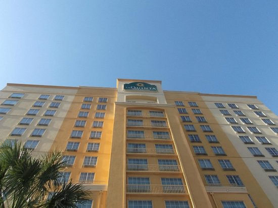La Quinta Inn & Suites San Antonio Riverwalk: height of hotel and entrance