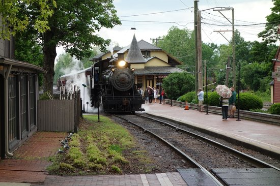 Woolverton Inn : Steam locomotive in New Hope.