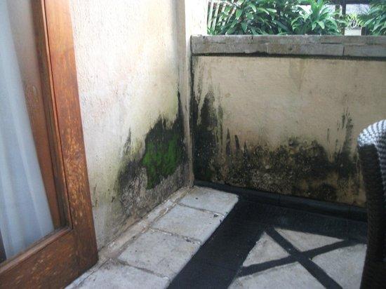 Royal Jimbaran: Royal Bali Beach Club: Bit of mildew for clean up