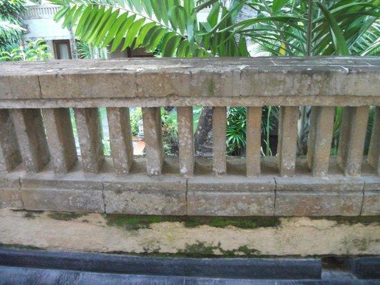 Royal Jimbaran: Royal Bali Beach Club: Mildew (I'm sure it'll be cleaned)