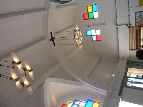 Izumotaisha mae Station: 高い天井とステンドグラス