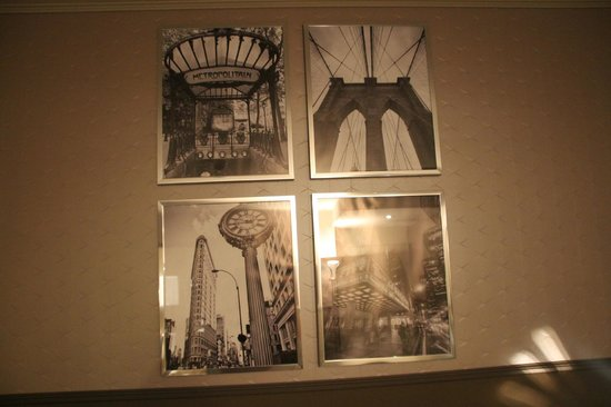 Wyndham Mannheim: Black and White photographs in the room