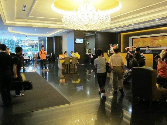 V Hotel Lavender: Lobby, usually lots of people with crappy sofa at the back