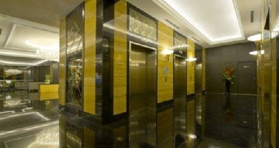 V Hotel Lavender: The elevators hallway usually crowded