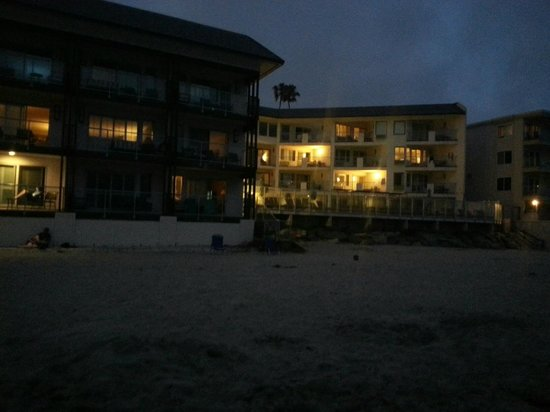 Beach Terrace Inn : View of hotel from beach at about 9pm at night - notice focal point is the beach!