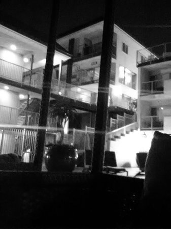 Beach Terrace Inn: The stairwell is like the main artery, taking you from the front entrance to the beach