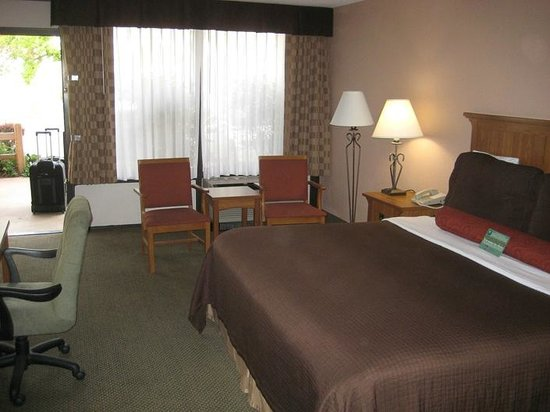 Best Western Plus Saddleback Inn & Conference Center : Reasonably roomy - shadow thru curtains was a noisy pick-up backed in.