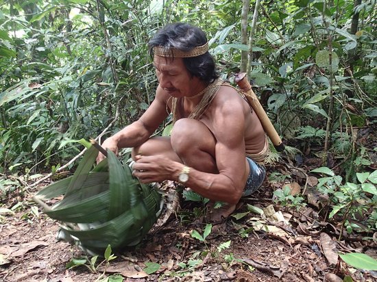 Huaorani Ecolodge: Bai showing how to make a hunting basket