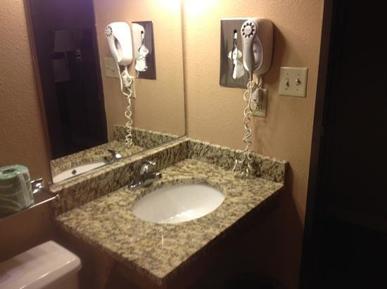 Home Place Inn: Rm#113 King Single - All rooms now have new granite bathroom sinks