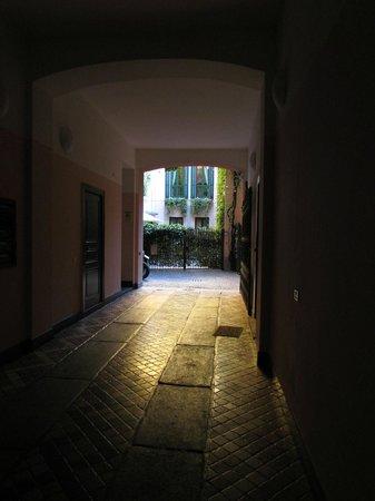 Ripa Del Naviglio: El patio de acceso