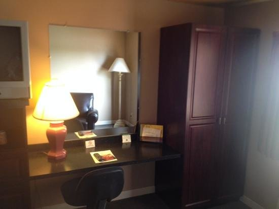 Home Place Inn: Rm#113 Single King with built in cabinets and desk
