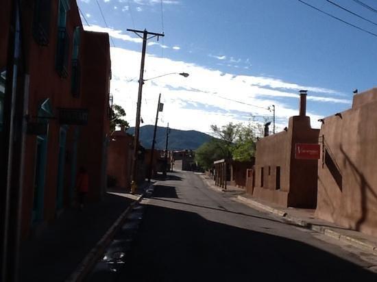 Las Palomas Inn Santa Fe : Streetview from our building towards downtown