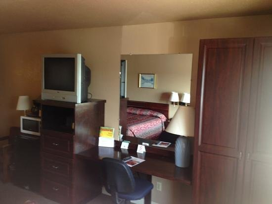 Home Place Inn: Rm#117 Double Queen Beds with built-in cabinets and desk