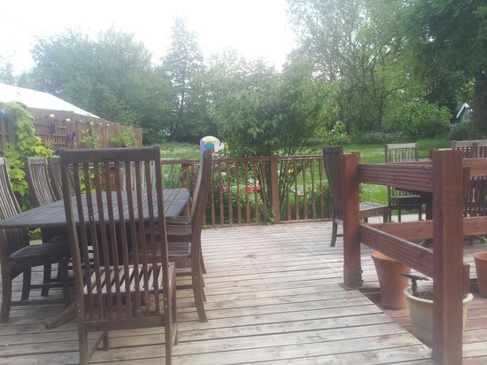 The Pelican Inn Restaurant: Back garden
