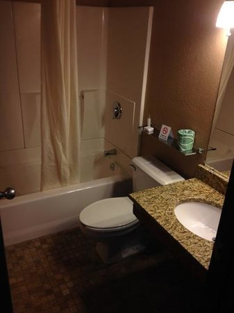 Home Place Inn: Rm#117 Double Queen Beds with new bathroom granite sinks and stone tile floors.