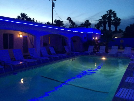 POSH Palm Springs Inn : The pool at night from just outside our room.