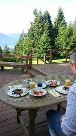 Rivermist Mountain Top Estate: Breakfast with a view day 1