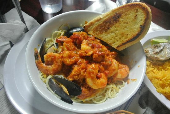 KING Seafood Market & Restaurant: Seafood pasta with cheese and garlic bread