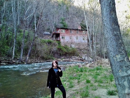 Mountain Magnolia Inn, Suites & Restaurant : Hiking Spring Creek with Bird's Nest in background