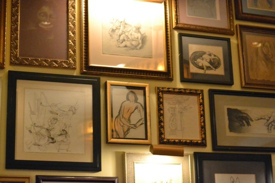 The Grill on the Alley: pictures on the walls