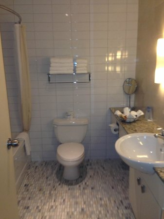 Le Square Phillips Hotel & Suites: Banheiro enorme