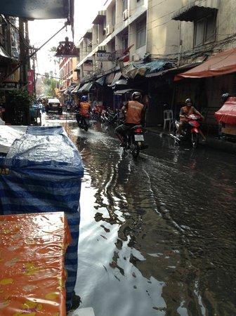 Mansion Sarasinee: スコールで洪水になる