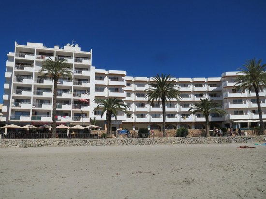 Apartments Mar y Playa: View to hotel building from the beach