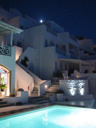 Andromeda Villas: Piscina de noite.