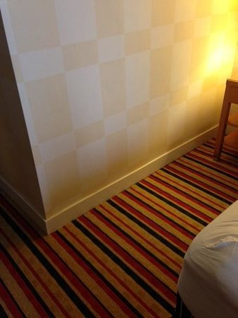 The Pinnacle Hotel Harbourfront: checkered wallpaper & stripped carpet