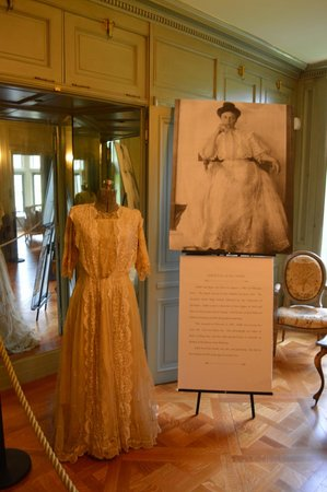 Salisbury House : The first lady of the house, her wedding dress, on the 2nd floor.