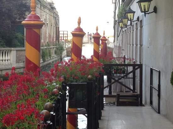Baglioni Hotel Luna: The entry to the hotel where you catch a private water taxi