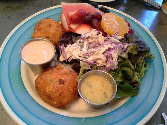 Cornucopia Restaurant: crab cakes and slaw