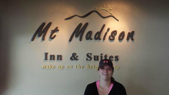Mt Madison Inn & Suites: Jamie at the lobby