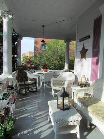 Belle Hearth Bed and Breakfast: The relaxing & inviting front porch