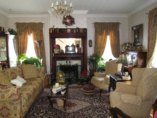 Belle Hearth Bed and Breakfast: The beautiful living room/parlor