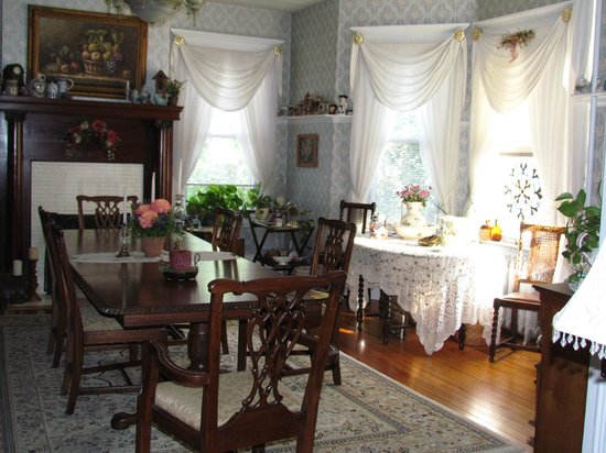 Belle Hearth Bed and Breakfast: The sun-drenched dining room