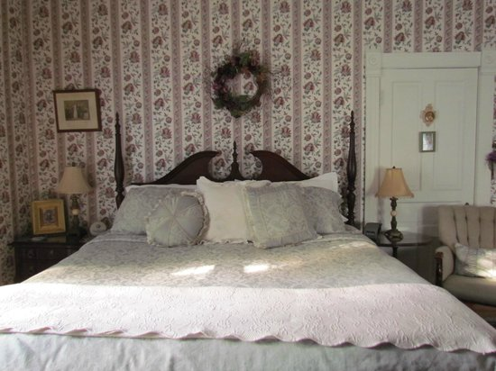 Belle Hearth Bed and Breakfast: Our lovely room