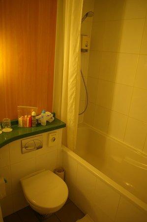 Ibis London Earls Court: Bathroom 1