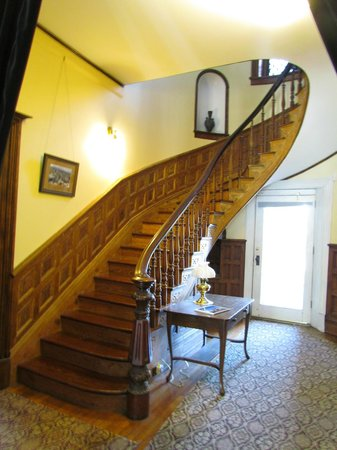 The Carriage House Inn Bed and Breakfast: The grand staircase