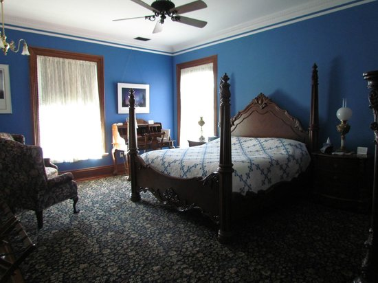 The Carriage House Inn Bed and Breakfast: Our beautiful room...
