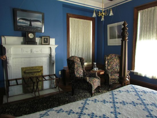 The Carriage House Inn Bed and Breakfast: ...including a sitting area with wi-fi