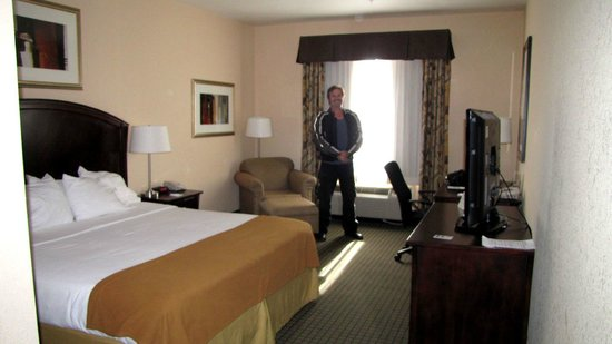 Holiday Inn Express Hotel & Suites Willcox: Queen sized bed in room