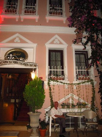 Romantic Hotel Istanbul: Gorgeous front of Hotel