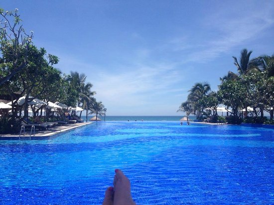 Vinpearl Da Nang Resort & Villas : View down the pool to beach from my lounge