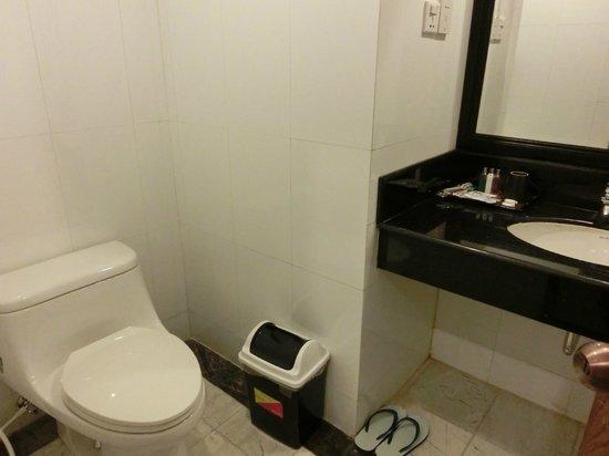 Asia Plaza Hotel: Bathroom