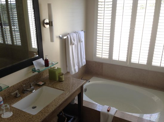 Carmel Valley Ranch: Spacious bathroom