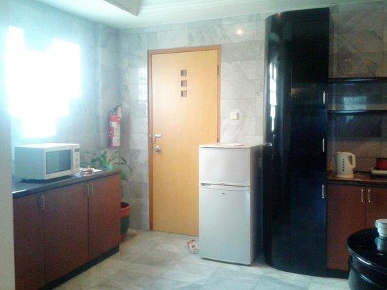 Kitchen di kamar apartemen 2 bedroom picture of bentani for Dekor ultah di kamar hotel