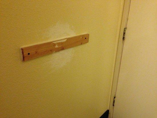 Rodeway Inn & Suites: Random patch job on the wall.